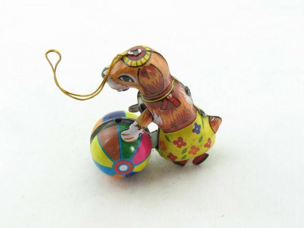 Blechspielzeug - Deko-Hund mit Ball